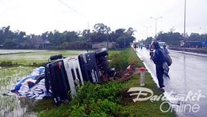 Quảng Nam: Xe tải mất lái lật nhào xuống ruộng