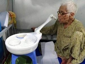 Robot chăm sóc người bệnh