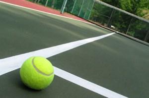Sân Quần vợt phải có lưới chắn bóng bao quanh
