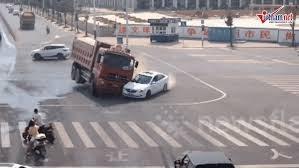 [VIDEO] Sang đường không quan sát, xe con suýt bị xe tải đè bẹp