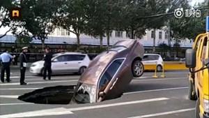 Siêu xe Rolls-Royce bị 'hố tử thần' nuốt chửng