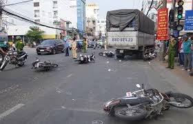 An Giang: Xe tải tông 6 xe máy dừng đèn đỏ, 4 người bị thương