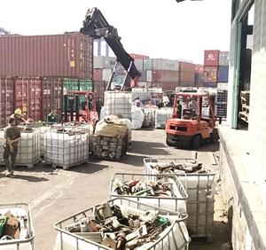 Buộc tái xuất hàng ngàn container phế thải