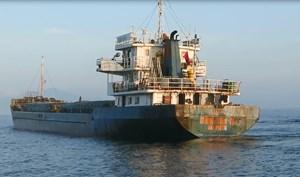 Tạm giữ tàu chở hơn 1.000 tấn hàng hóa không rõ nguồn gốc