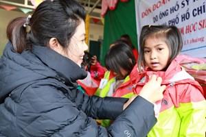 Tặng 3.500 chiếc áo ấm cho học sinh dân tộc vùng cao