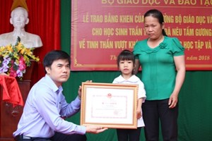 Tặng Bằng khen cho học sinh khuyết tật chân, tay viết chữ đẹp