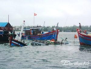 Tàu câu mực chở 36 người bị sóng đánh chìm