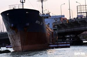 Tàu chở hàng va vào cầu Đồng Nai