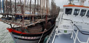 Cứu tàu câu mực Quảng Nam cùng 40 thuyền viên gặp nạn trên biển