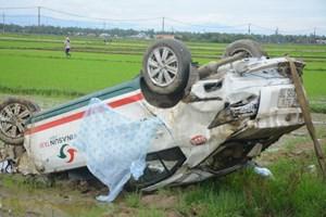 Taxi lao ruộng, một người bị thương