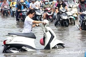 Thành phố Hồ Chí Minh rối loạn vì mưa lớn