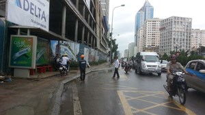 Thanh sắt rơi thẳng từ công trình xây dựng xuống đường