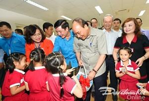 Thủ tướng thăm và đối thoại với công nhân