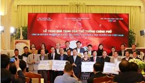 Thủ tướng trao 20 tỷ đồng đấu giá bóng và áo của U23 Việt Nam từ FLC cho 20 huyện nghèo