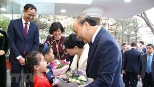 Thủ tướng Nguyễn Xuân Phúc đến thăm Đại sứ quán Việt Nam tại Hàn Quốc
