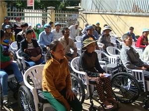Tiếp nhận, cấp phát 176 xe lăn, xe lắc cho người khuyết tật