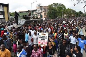 Tổng thống Zimbabwe bị buộc từ chức, chấm dứt 37 năm cầm quyền