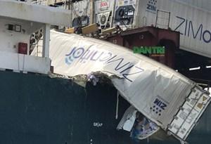 TPHCM: Hai tàu container tông nhau trên sông, hàng trăm người lao ra