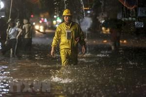 Trận mưa lớn đầu mùa làm ngập nhiều tuyến phố Hà Nội