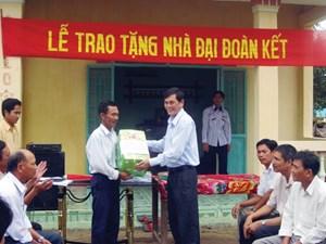 Trao tặng 10 nhà Đại đoàn kết cho các hộ nghèo