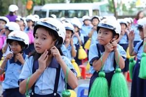 Trao tặng mũ bảo hiểm cho học sinh lớp 1 năm học 2018-2019