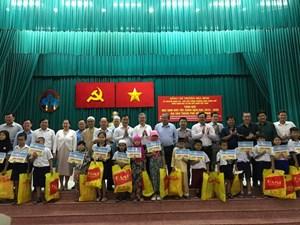 Phó Thủ tướng Trương Hòa Bình trao học bổng cho học sinh dân tộc Chăm