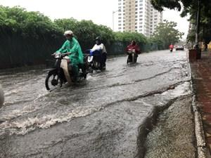 Mưa lớn do bão số 3 làm sạt lở đê hữu Hồng ở Hà Nội