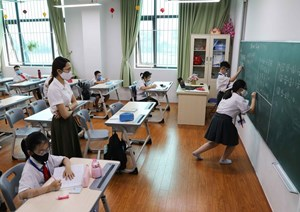 Thủ tướng đồng ý bỏ quy định giãn cách trong trường học