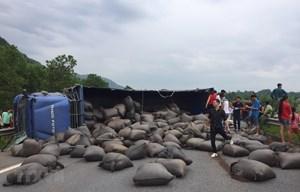 Xe tải chở chè bị lật gây ách tắc trên cao tốc Nội Bài - Lào Cai