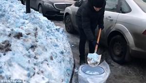 Tuyết màu xanh phủ kín thành phố Nga