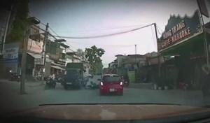 [VIDEO] Nam thanh niên suýt mất mạng sau khi đâm vào xe tải đi ngược chiều