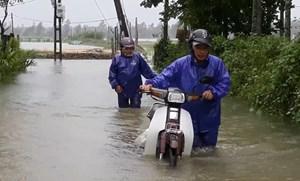 [VIDEO]: Người dân vất vả băng qua những tuyến đường ngập nước