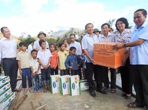 Vinamilk cùng hơn 110 ngàn ly sữa cứu trợ trẻ em vùng lũ tại Quảng Bình và Hà Tĩnh