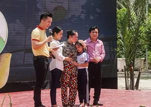 Vinamilk và 76.500 ly sữa nhân ái tới trẻ em Vĩnh Long