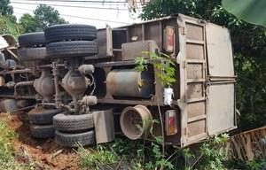 Lật xe tải chở ximăng, 4 người thoát chết