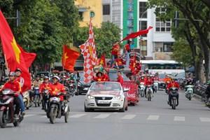 [ẢNH] Cổ động viên diễu hành 'tiếp lửa' trước trận Việt Nam - Thái Lan
