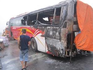 Xe khách bốc cháy trong đêm, hành khách hoảng loạn