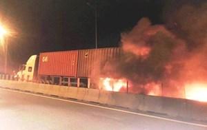 Xe khách đâm vào đuôi xe container rồi bốc cháy, 2 người chết