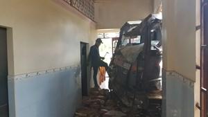 Xe tải đâm vào nhà dân, cả gia đình may mắn thoát nạn