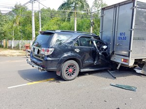Xe ô tô tông đuôi xe thùng, tài xế may mắn thoát chết