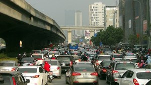 Xén giải phân cách đường vành đai 3 để giảm ùn tắc giao thông