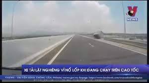 [VIDEO] Xe tải lật nghiêng vì nổ lốp khi đang chạy trên đường cao tốc
