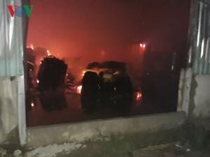 Xưởng gỗ 1.000 m2 ở Đồng Nai cháy rụi trong đêm