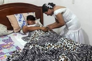 Y tá bỏ đám cưới đến khám cho bệnh nhân