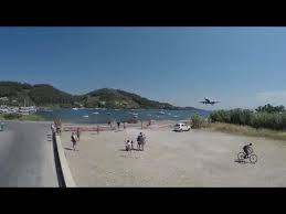 [VIDEO] Thót tim cảnh máy bay hạ cánh ngay trên đầu đám đông đang mải selfie