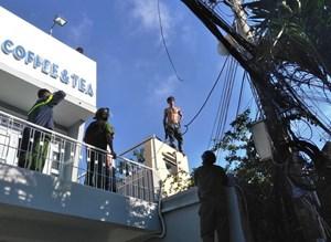 Gần 100 cảnh sát, xe cứu hỏa xịt vòi rồng khống chế thanh niên cầm dao la hét trên nóc nhà
