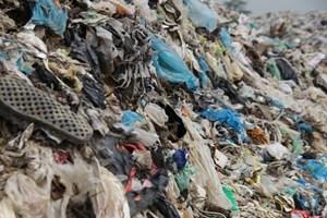 [VIDEO] Cận cảnh những núi rác 'cao hơn ngôi nhà 4 tầng' tại TP biển Sầm Sơn
