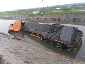 Va chạm với container, 2 người đi xe máy tử vong