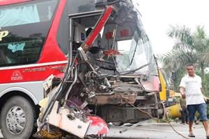 20 hành khách hoảng loạn khi xe khách đấu đầu xe tải