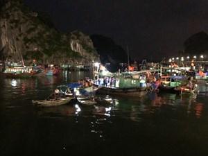 Quảng Ninh: Bé trai 4 tuổi trượt chân rơi từ trên thuyền xuống biển Hạ Long